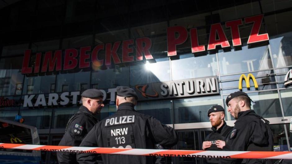 3a98f04e6715e Die Polizei sichert in Essen wegen einer Terrorwarnung das Einkaufszentrum  Limbecker Platz. Foto: Bernd