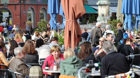 """Wer ist """"der"""" Augsburger? Das lässt sich kaum sagen. Dennoch finden manche, dass sich die Stadt und ihre Menschen positiv verändert haben."""
