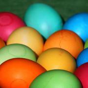 Wer sich zu Ostern bewusst für Bio-Ware entscheidet, kauft Eier von zufriedeneren Hühnern. Foto: Karl-Josef Hildenbrand/dpa