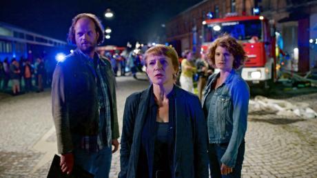 Sebastian Fleischer (Andreas Leopold Schad), Paula Ringelhahn (Dagmar Manzel) und Wanda Goldwasser (Eli Wasserscheid) beginnen direkt nach dem Brandanschlag ihre Ermittlungen.
