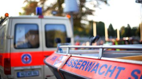 Ein Radfahrer stürzt im unwegsamen Gelände. Die Wasserwacht unterstützt den Rettungsdienst dabei, den Verletzten zu bergen.