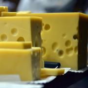 Ist beim Emmentaler Käse die Lochung zu klein, gilt dies bei den Käse-Testern als Qualtitätsmangel. Foto: Harald Tittel/dpa