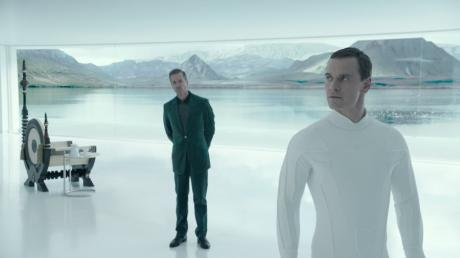 Michael Fassbender als Android Walter (rechts) trifft auf Android David (Michael Fassbender).