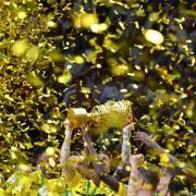 Goldener Konfettiregen für die Sieger: Borussia Dortmund hat den DFB-Pokal 2017 gewonnen. Foto: Bernd Thissen