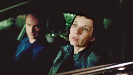 """Szene aus dem Berliner Tatort """"Amour fou"""": Robert Karow (Mark Waschke) und Nina Rubin (Meret Becker) verfolgen einen Verdächtigen."""