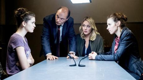 Emilia wird von Kommissariatsleiter Peter Michael Schnabel (Martin Brambach) und den Ermittlerinnen Heni Sieland (Alwara Höfels) und Karin Gorniak (Karin Hanczewski) befragt.