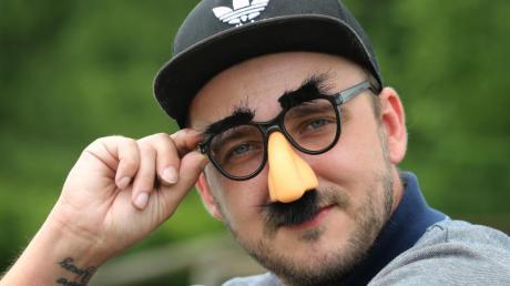 Kunstfigur Willy Nachdenklich, selbst ernannter Erfinder der «Vong»-Sprache: Die Facebook-Seite des 33-Jährigen gefällt fast 350 000 Menschen. Foto: Karl-Josef Hildenbrand