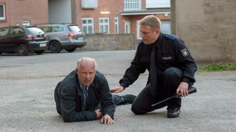 Nach einem Brand in seiner Wohnung schleppt sich Borowski (Axel Milberg) auf die Straße. Die Kollegen tippen auf einen Molotov-Cocktail, den jemand in seiner Wohnung entzündet hat.