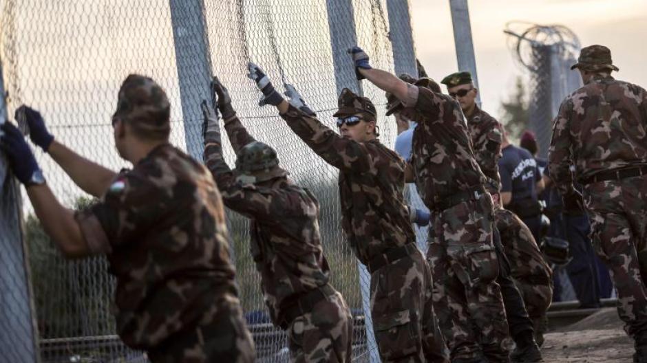 Ungarische Soldaten errichten imSeptember 2015 an der Grenze zu Serbien einen Grenzzaun. Foto: Balazs Mohai/MTI