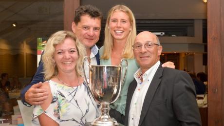 Siegerehrung:  Wanderpokal-Gewinnerin Sabine Geissler, GCA-Clubpräsident Klaus Leuthe, Olivia Scherer und Turnierleiter Harry Schenavsky.