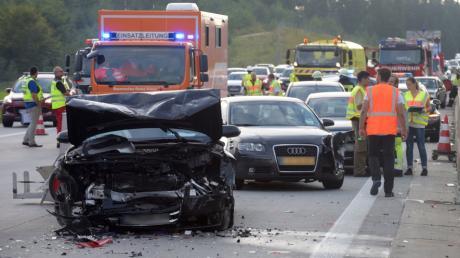 Auf der A8 sind am Donnerstag knapp 30 Fahrzeuge ineinandergekracht.