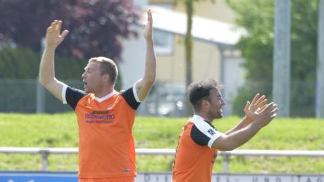 Fußball Abstiegskampf in der Kreisliga West; TSG Thannhausen rot-schwarz - SV Mindelzell orange;