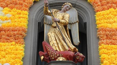 Alljährlich am Michaelitag sticht das Turamichele in Augsburg den Teufel nieder.