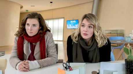 """Die Kommissarinnen Karin Gorniak (Karin Hanczewski) und Henni Sieland (Alwara Höfels) in einer Szene des Dresden-Tatorts """"Auge um Auge""""."""