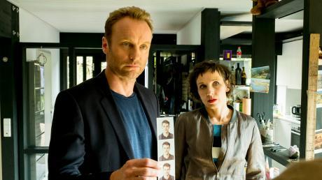 """Die Kommissare Rubin (Meret Becker) und Karow (Mark Waschke) in einer Szene des Berliner Tatorts """"Dein Name sei Harbinger""""."""