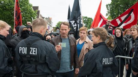 """Die Ermittler Julia Grosz (Franziska Weisz) und Torsten Falke (Wotan Wilke Möhring) in einer Szene des Tatorts """"Dunkle Zeit""""."""