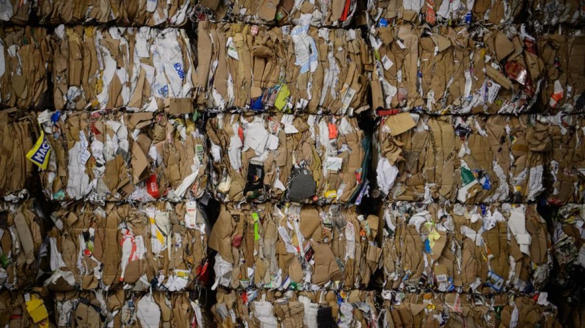 abfall zum fest ein gro er haufen m ll hochsaison am recyclinghof wirtschaft aktuelle. Black Bedroom Furniture Sets. Home Design Ideas