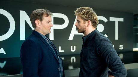 """Devid Striesow alias Hauptkommissar Jens Stellbrink und Steve Windolf alias Victor Rousseau in einer Szene des Tatorts """"Mord Ex Machina""""."""