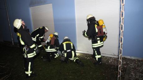 """In Pfersee musste die Feuerwehr """"Zur Spinnerei"""" ausrücken. Dort brannte es in einem Keller."""
