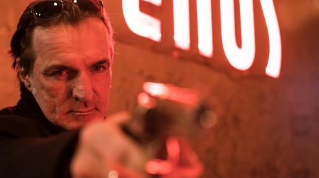 Mario Kopper (Andreas Hoppe) verabschiedet sich vom Tatort.