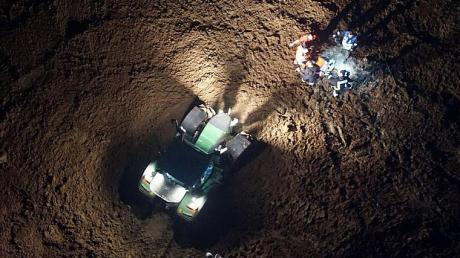 Mit Hilfe der Drohne, die auch diese Aufnahme gemacht hat, konnten die Rettungskräfte samt Traktor punktgenau zur gefundenen Person auf dem Acker gelotst werden.