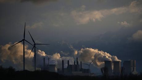 Über der deutschen Wirtschaft steigen dunkle Wolken auf.
