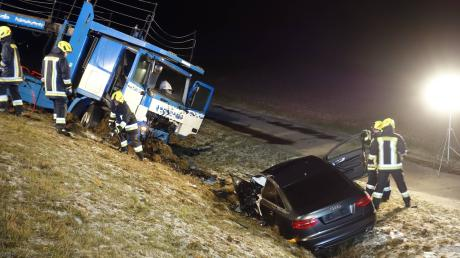 Bei einem Verkehrsunfall auf der B300 bei Schrobenhausen kam in frühen Samstagmorgenstunden eine 34-jährige aus Aichach ums Leben.