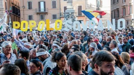 Die Fünf-Sterne-Bewegung bringt viele Italiener auf die Straßen, wie hier bei einer Protestveranstaltung in Rom. Die Populisten fordern, dem Volk mehr Macht zu geben.