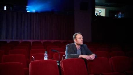 """Tatort aus Berlin: Immer wieder sieht sich Robert Karow in einem Vorführraum der Berlinale den Film """"Meta"""" an, da er stark vermutet, dass er ihn auf die richtige Spur bringt."""