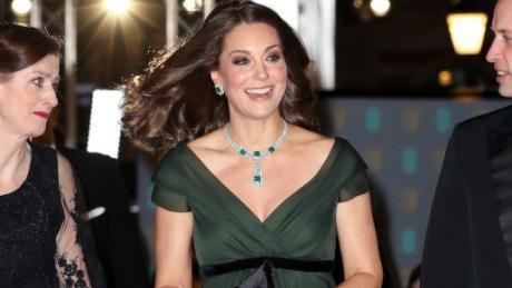 Kate, Herzogin von Cambridge, kam in einem dunkelgrünen Kleid zur Verleihung der Bafta-Awards. Kritiker vermissten ein Zeichen für Time's Up-Initiative.