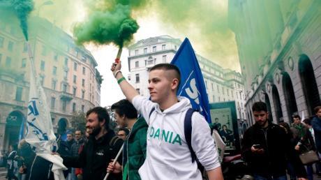 Aktivisten der  rechtspopulistischen Partei Lega halten Rauchfackeln bei einer Demonstration in Mailand in die Höhe.