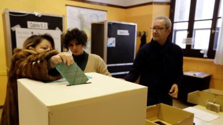 Am Sonntagmorgen haben die Wahllokale geöffnet.