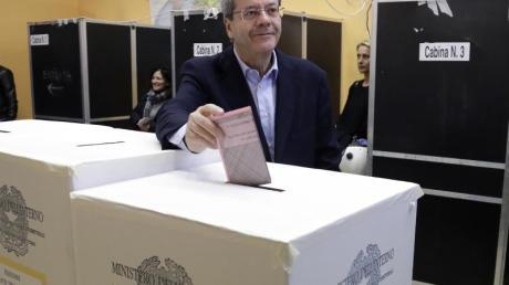 Ministerpräsident Paolo Gentiloni bei der Abgabe seines Stimmzettels.