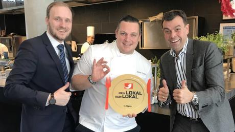 Das Restaurant Maximilian's gewinnt bei TV-Show. Küchendirektor Simon Lang (Mitte) freut sich mit Manager Sebastian Kahl (links) und Hoteldirektor Theodor Gandenheimer (rechts).