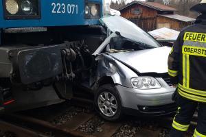 Zug erfasst Auto - Pkw-Fahrer schwer verletzt