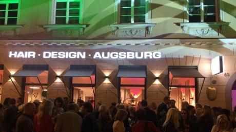 """Die neu renovierte Fassade an dem Großbürgerhaus in der Maximilianstraße 65 wurde stimmungsvoll beleuchtet. Anlass war die Eröffnung des Friseurstudios """"Hair Design Augsburg""""."""