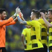 Dortmunds Roman Bürki (l-r), Marco Reus, Sokratis und Lukasz Piszczek feiern den 4:0-Sieg gegen Leverkusen. Foto: Ina Fassbender