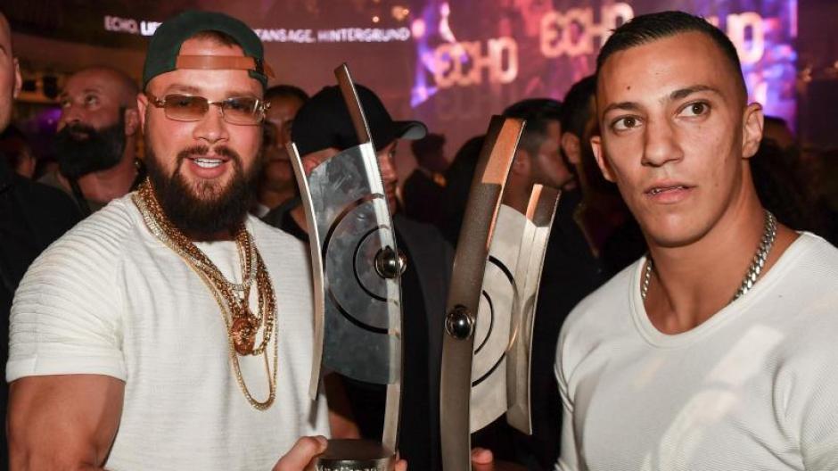 Die Rapper Kollegah (l) und Farid Bang mit ihren Echos auf der Party nach der Verleihung. Foto: Jens Kalaene