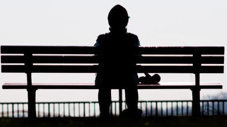 In der modernen Gesellschaft leben immer mehr Menschen - und immer mehr von ihnen in Einsamkeit.