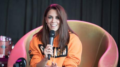 Bei einer Pressekonferenz am Donnerstag sprach Vanessa Mai über ihre Verletzung. Die Sängerin hatte einen Unfall bei einer Bühnenprobe in Rostock vor einem Auftritt.