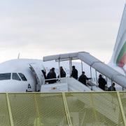 Abgelehnte Asylbewerber steigen am Baden-Airport in Rheinmünster im Rahmen einer Sammelabschiebung in ein Flugzeug. Foto: Daniel Maurer/Archiv