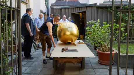 Hier wird die Domkugel von der Werkstatt in den Garten des Domkreuzgangs transportiert.