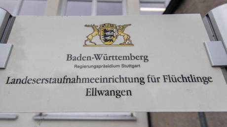 Schild am Eingang der Landeserstaufnahmestelle für Flüchtlinge inEllwangen.