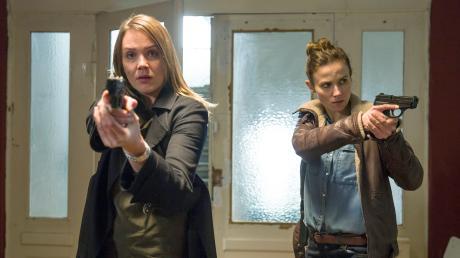 """Henni Sieland (Alwara Höfels) und Karin Gorniak (Karin Hanczewski): Szene aus dem Dresden-Tatort """"Wer jetzt allein ist""""."""