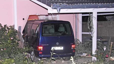 Ein 32-Jähriger ist mit seinem VW-Bus direkt in das Wohnzimmer eines Einfamilienhauses gefahren.