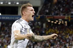 Toni Kroos feiert seinen Treffer zum 2:1 per Freistoß gegen Schweden in der fünften Minute der Nachspielzeit. Foto:Frank Augstein/AP
