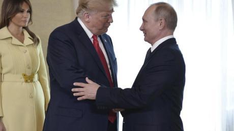Donald Trump und Wladimir Putin (r) geben sich die Hand vor ihrem bilateralen Treffen. Foto: Alexei Nikolsky/Pool Sputnik Kremlin