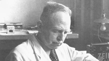 """Otto Hahn entdeckte 1938, dass Uran-Atomkerne beim Beschuss mit Neutronen gespalten werden. Deshalb gilt er als einer der """"Väter der Atombombe""""."""