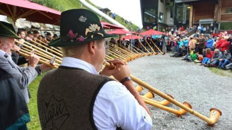 """Alphornbläser musizieren auf dem Fellhorn bei der sogenannten """"Berglar Kirbe"""". Rund 40 Musikanten kamen 2018 zu der Bergmesse zu Ehren des Heiligen Jakobus auf das Fellhorn."""