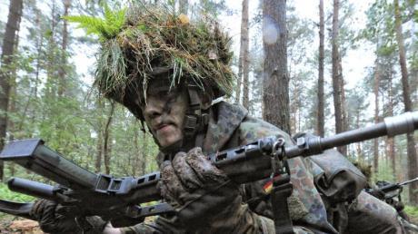 Soldat in der Grundausbildung: Die Rufe nach einer Wiedereinführung der Wehrpflicht werden lauter. Foto: Peter Steffen